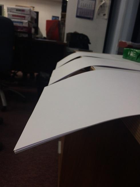 листы бумаги на краю стола