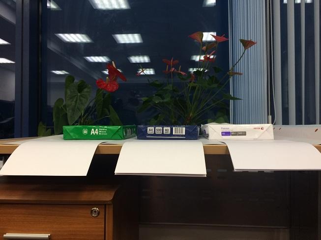 листы бумаги свисают с края стола